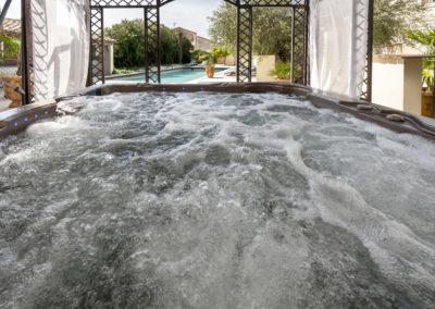 Détente dans le jacuzzi ou au bord de la piscine
